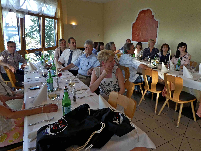 Links der Tisch der Politik und daneben der Tische Bildung und Erziehung