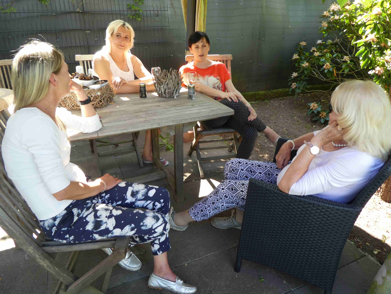 Gastgeber Zanger im Gespräche mit Alizia und Irina